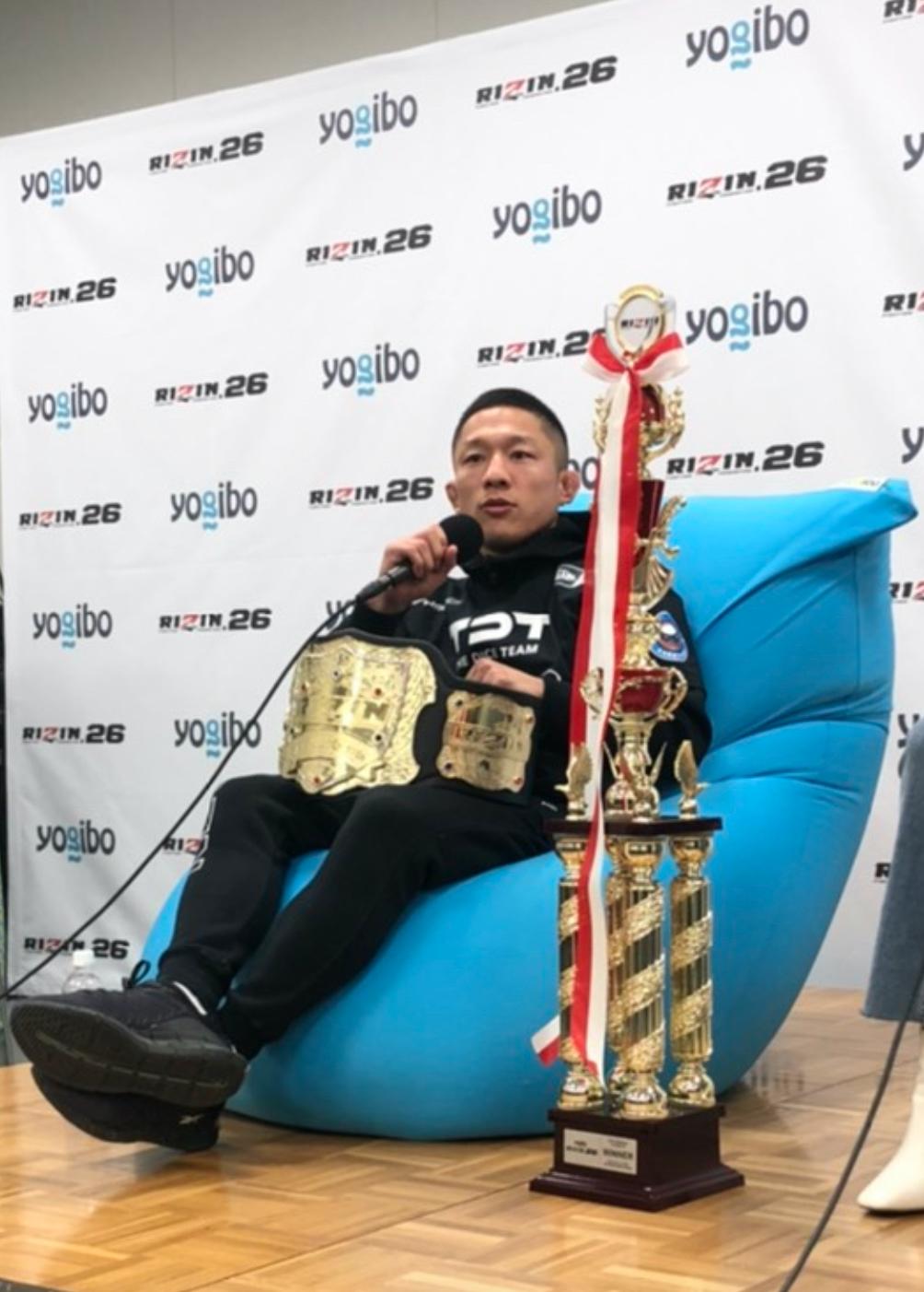 【公式】実使用・選手直筆サイン入「勝利インタビュー時に座っていた全勝利選手の直筆サイン入Yogibo Max」