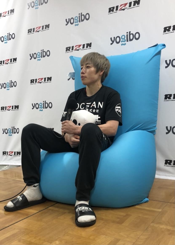【公式】実使用・RIZIN.27勝利選手直筆サイン入「勝利インタビュー時に座っていたYogibo Max」